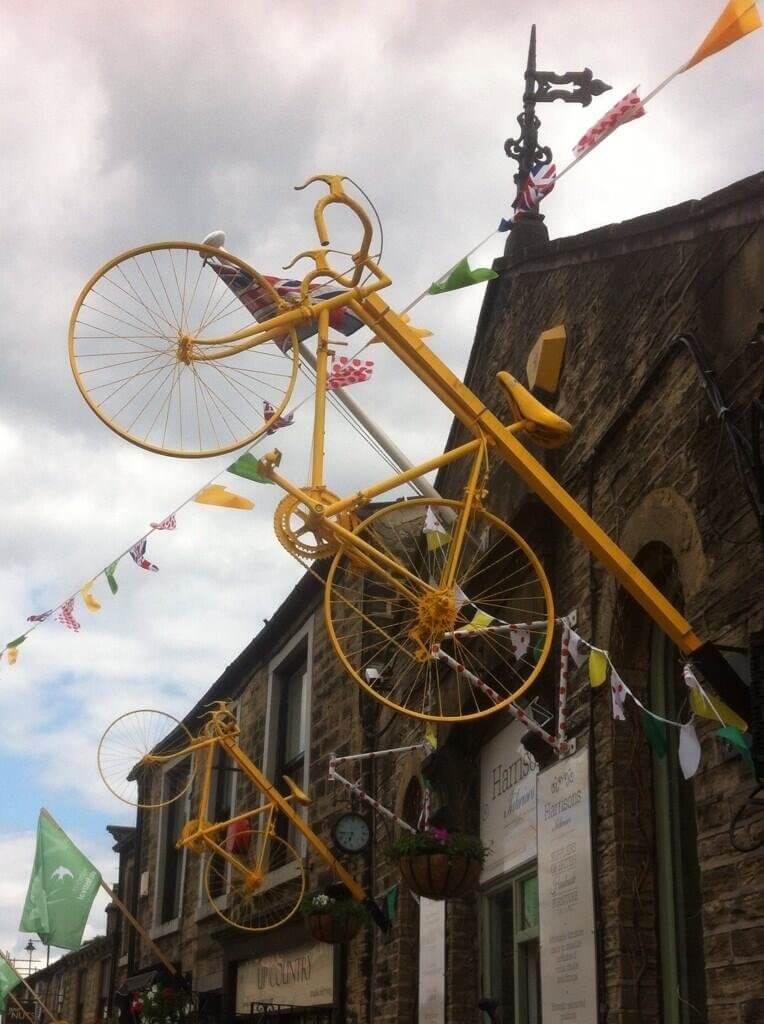 黄色い自転車吊るし